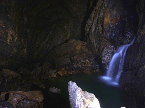 Une cascade souterraine, peu avant le fond