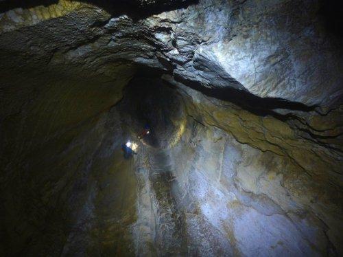 Deux spéléologues dans les grands puits d'entrée